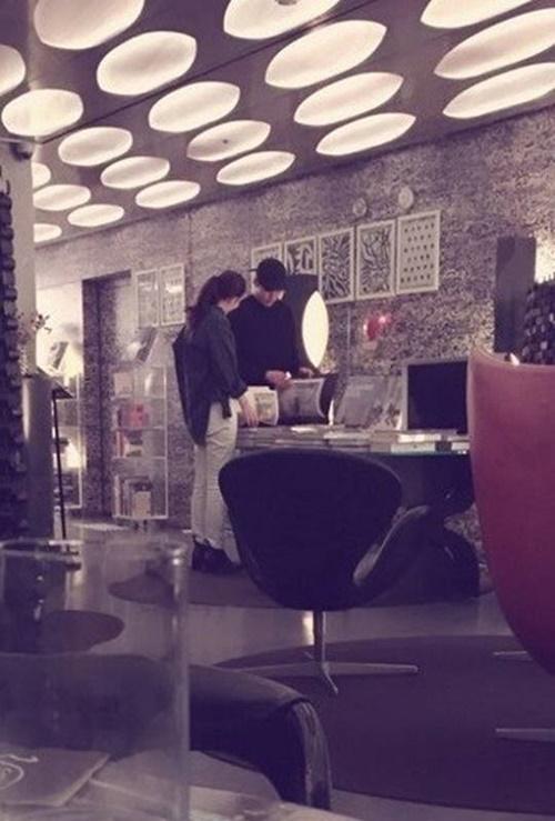 김우빈♥신민아, 애정전선 이상 無...데이트 포착