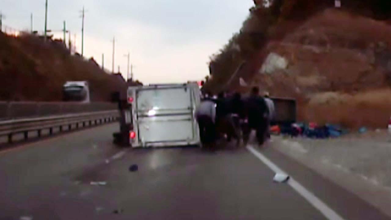 [영상] 전복된 차량 속 운전자, 시민들이 구했다