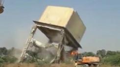 [지구촌생생영상] '아찔' 거대 물탱크가 굴착기를 덮치는 순간