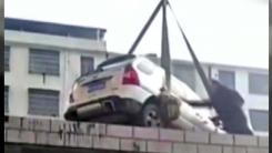 """""""이게 어찌 된 일?"""" 건물 옥상으로 견인된 불법주차 차량"""
