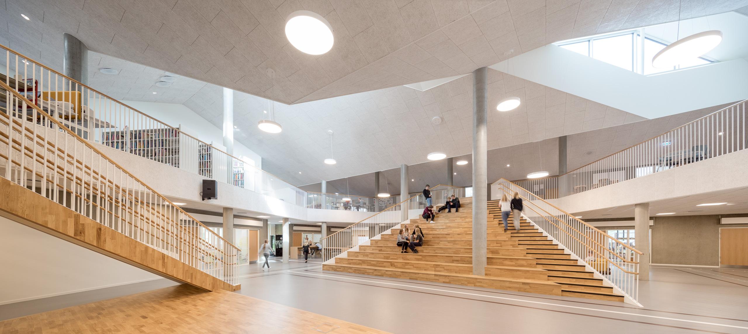 〔안정원의 건축 칼럼〕 트랙을 형상화한 동적인 공간과 입체적으로 연속된 초등학교 1