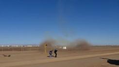 순간적인 수직 이륙...전투기가 만든 '회오리 바람'