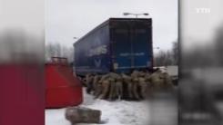 맨손으로 '번쩍'... 40t 트럭 들어 올린 해병대원들