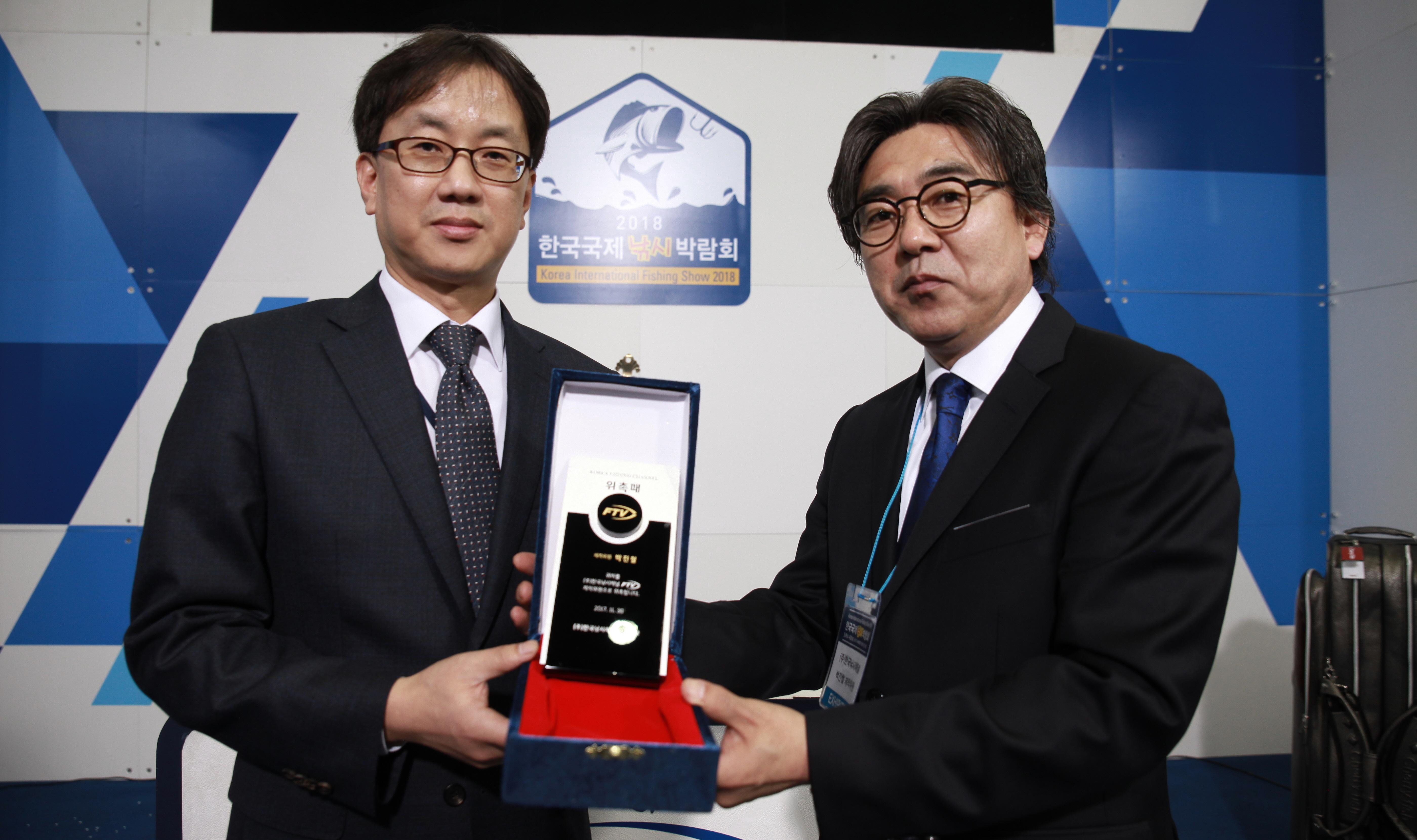 [포토] 박진철 프로, '2018한국국제낚시박람회'서 FTV 제작위원 위촉패 수여