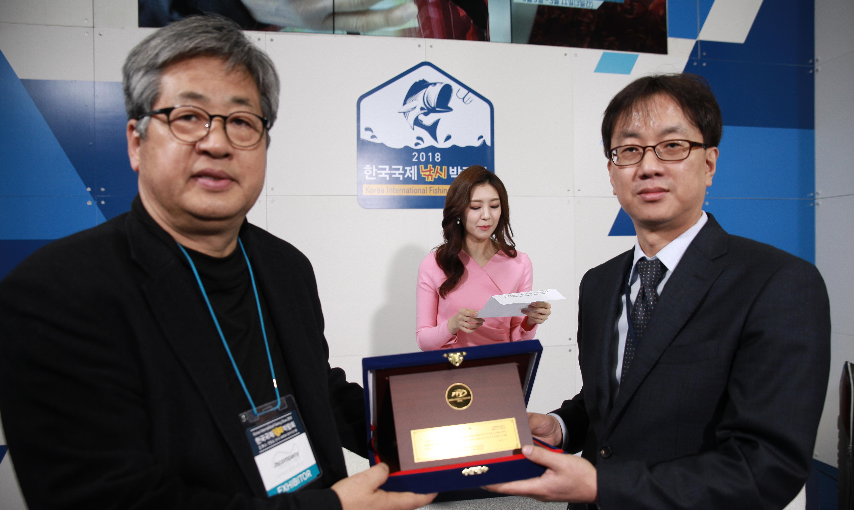 [포토]제이에스컴퍼니 고장석 대표, '2018한국국제낚시박람회'서 FTV로부터 감사패 수여