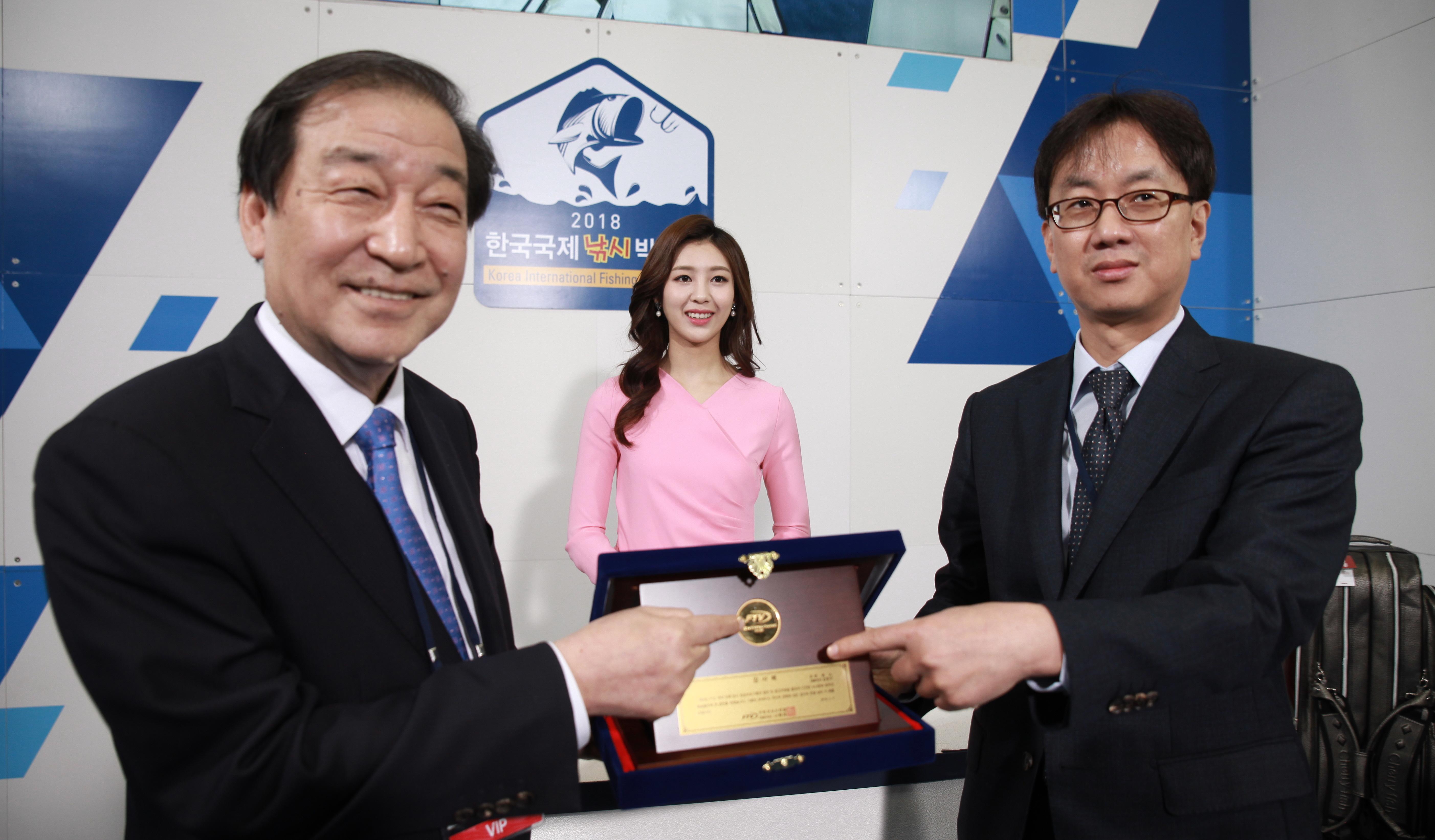 [포토] 엔에스 김정구 대표, '2018한국국제낚시박람회'서 FTV로부터 감사패 수여