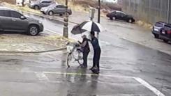 [좋은뉴스] 쓰러진 할머니에게 우산 건넨 경찰관