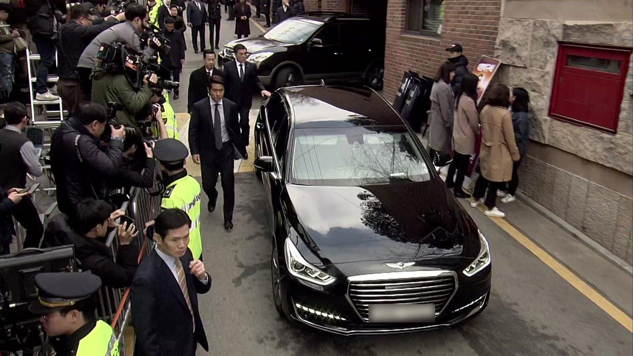 [포토] 논현동 자택 떠나는 이명박 전 대통령 차량