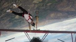 경비행기 날개 잡고...아찔한 고공 묘기