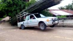 대나무 1t 실은 트럭...과적 주행의 결말은?