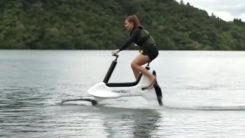 [영상] 세계 최초...물 위에서 달리는 전기 자전거
