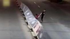 [영상] 술 취한 10대가 연출한 '중앙분리대 도미노'