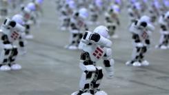 아이돌 그룹 뺨치는 로봇 1,372대의 '칼군무'