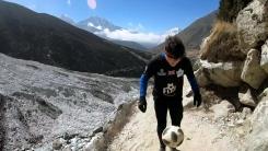 [지구촌생생영상] 축구공 튕기며 에베레스트 오르는 남자