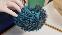 온몸이 파란 페인트로 뒤덮인 고슴도치 구조