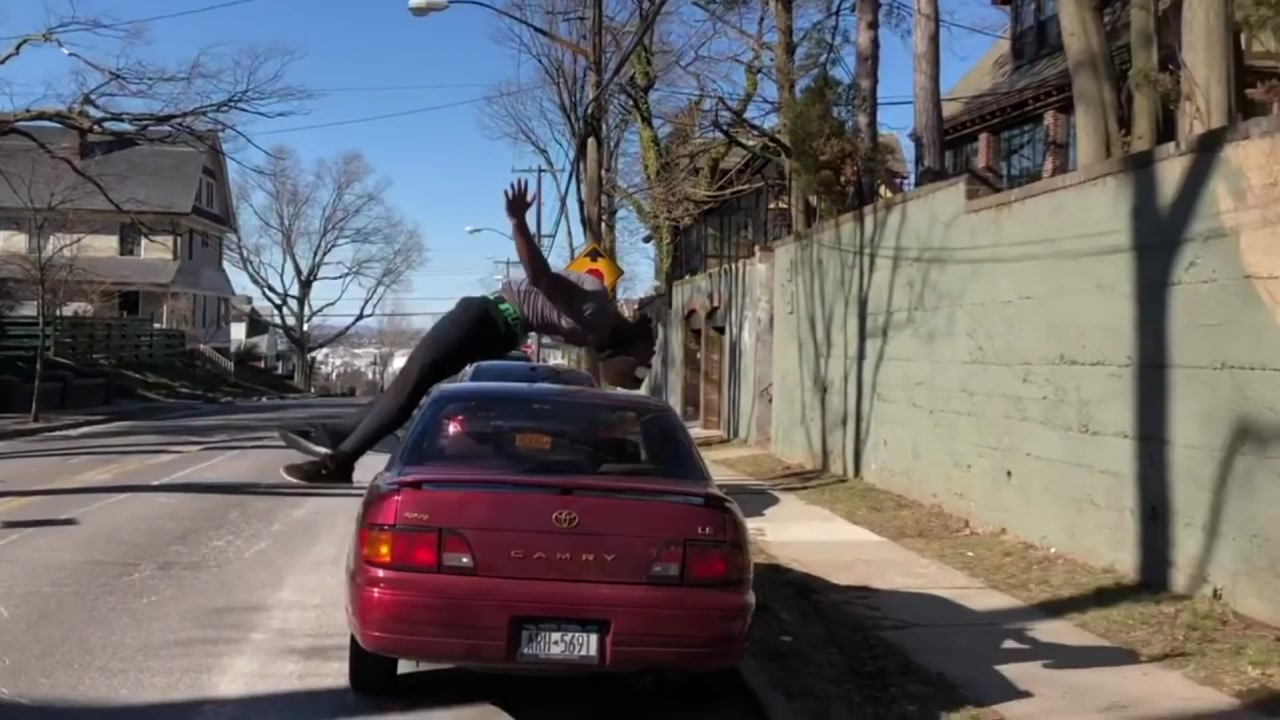 뒤로 공중제비 돌아 '자동차 뛰어넘기'