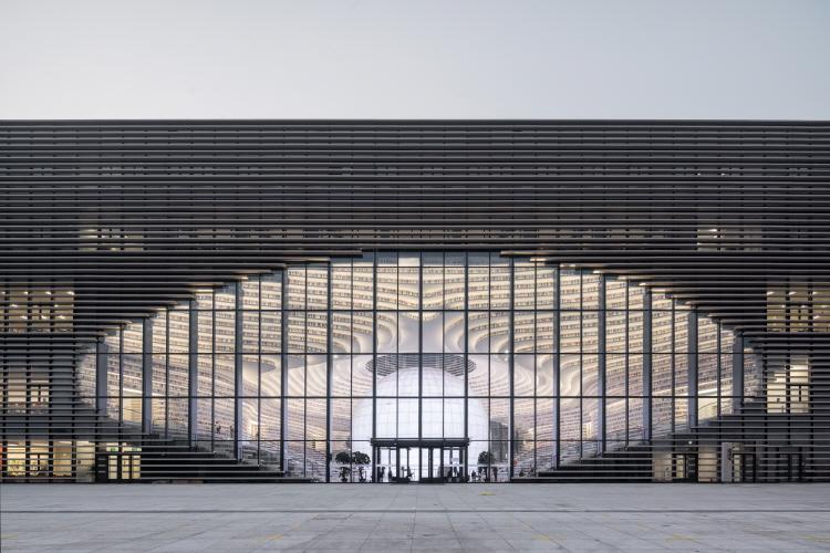 〔안정원의 건축 칼럼〕 계단 지형을 닮은 캐스케이드형 아트리움의 이색적인 도서관 건축 1