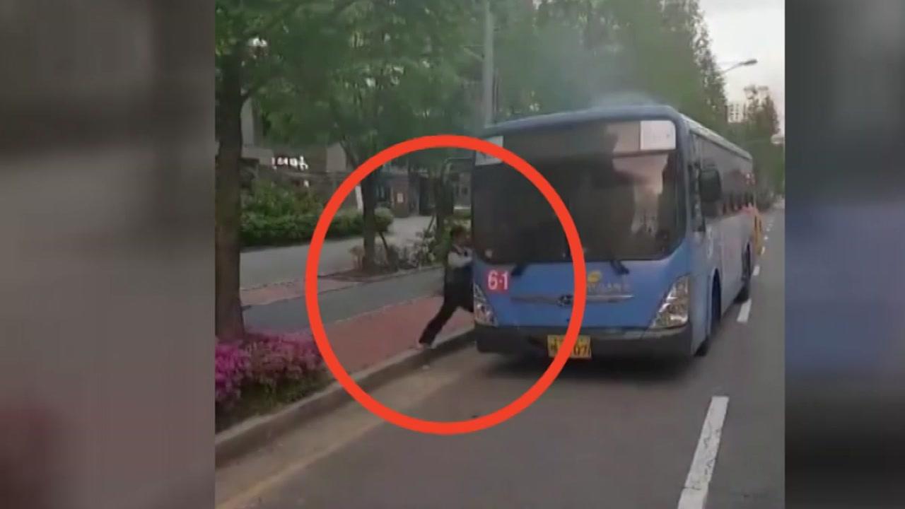 '조금만 늦었다면...' 불난 버스에 갇힌 동료 구한 남성