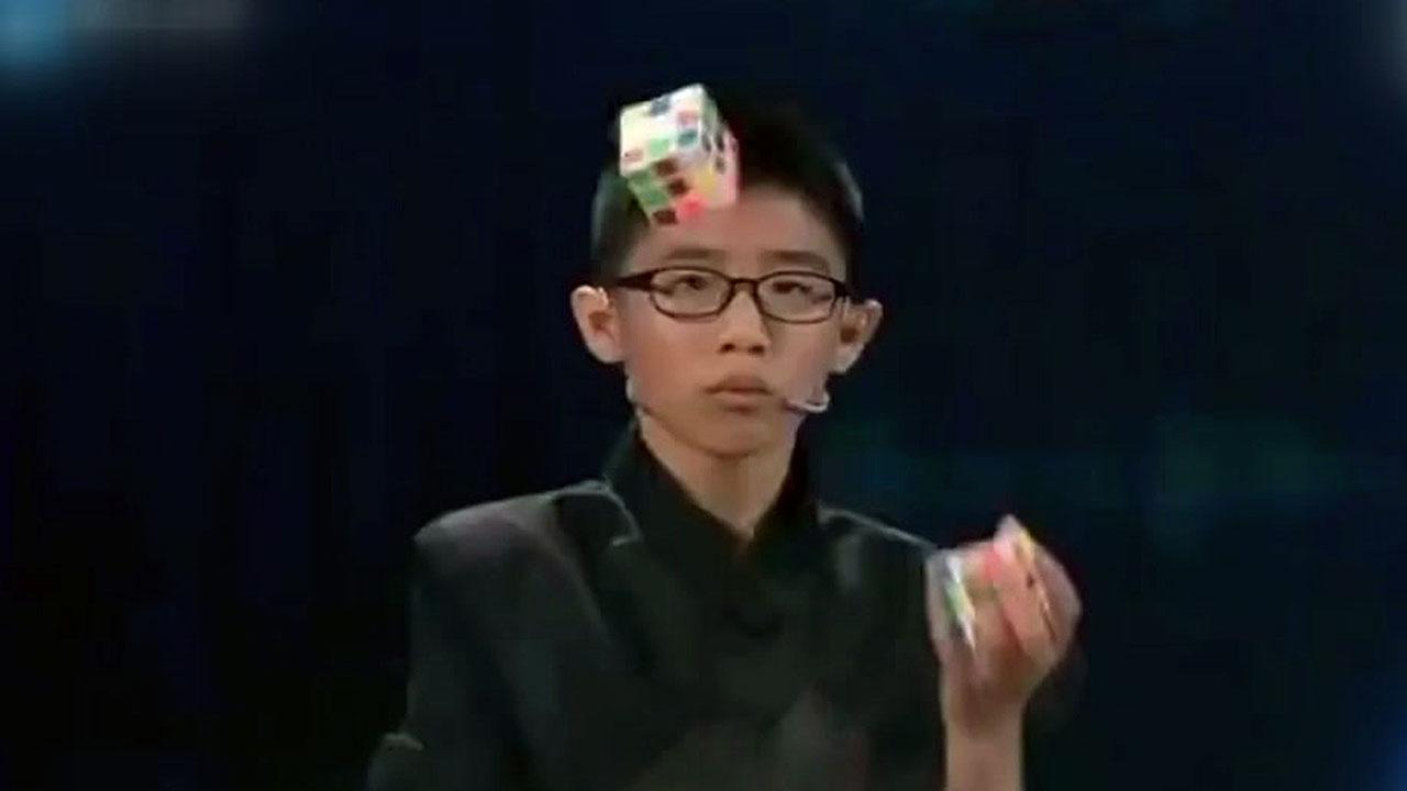 '신의 손'을 가진 소년...저글링 하면서 큐브 완성