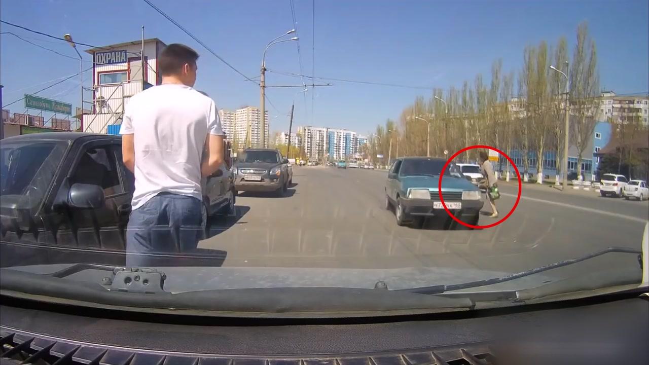 [이브닝] 러시아 여성, 목숨 건 무단 횡단