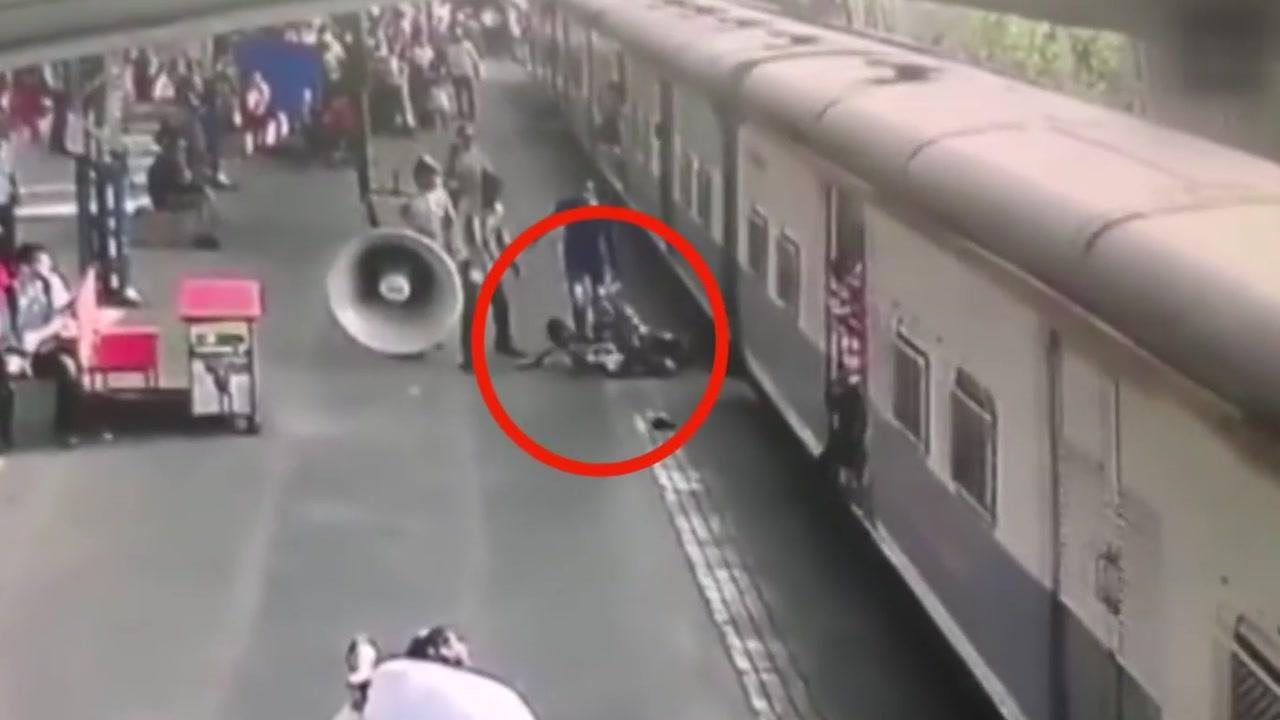 [영상] '아찔'...열차 사고 직전 아이 구한 남성