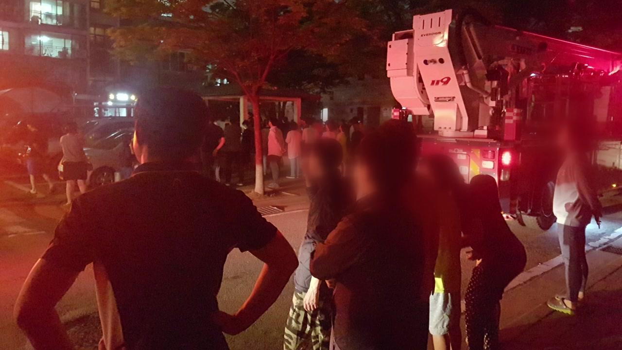 충북 청주 아파트 화재 감지기 오작동...100여 명 대피