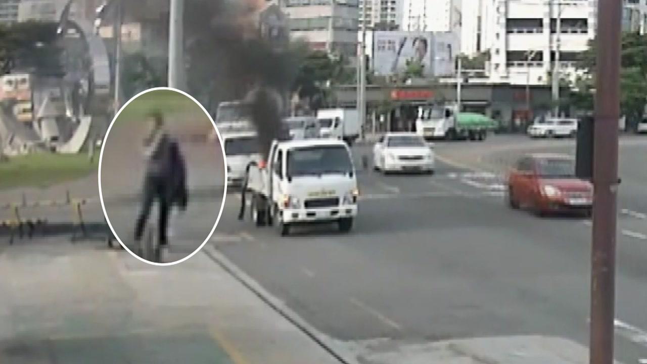 불 붙은 채 달린 화물차...진화하고 기사 구한 베테랑 경찰