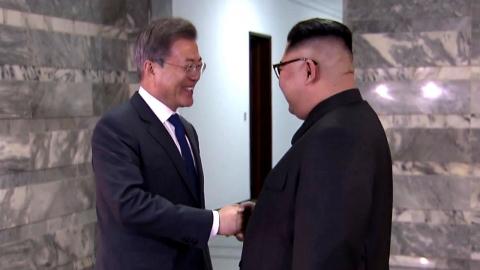 """친구처럼 만난 남북 정상…""""김 위원장이 만나자고 해"""""""