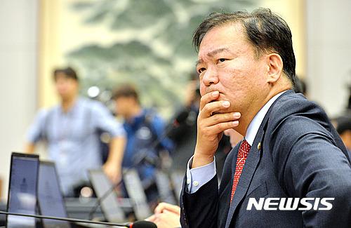유재석 '파란 모자' 비난... 색깔 논쟁 일으킨 민경욱 의원