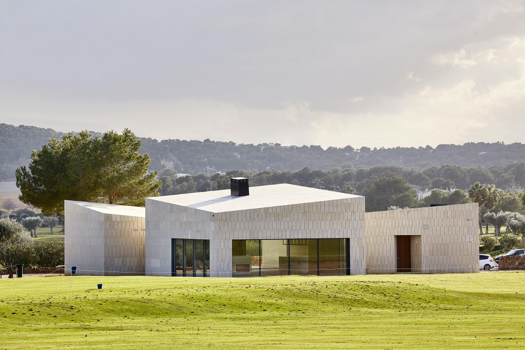 〔안정원의 건축 칼럼〕  네 개의 볼륨 공간을 통해 엮어낸 스페인 스톤 클럽하우스 공간 2