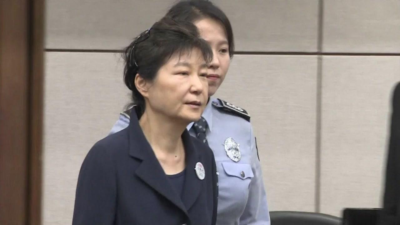 """검찰 """"국정원을 사금고로""""...박근혜 '공천개입·국정원 뇌물' 징역 15년 구형"""