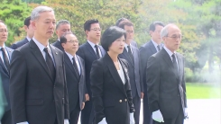 민주당 당선인 현충원 참배...바른미래당 박주선 사퇴