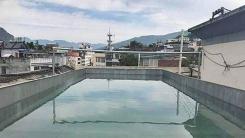 옥상에서 수영하려고 물 40톤 부은 남성 적발