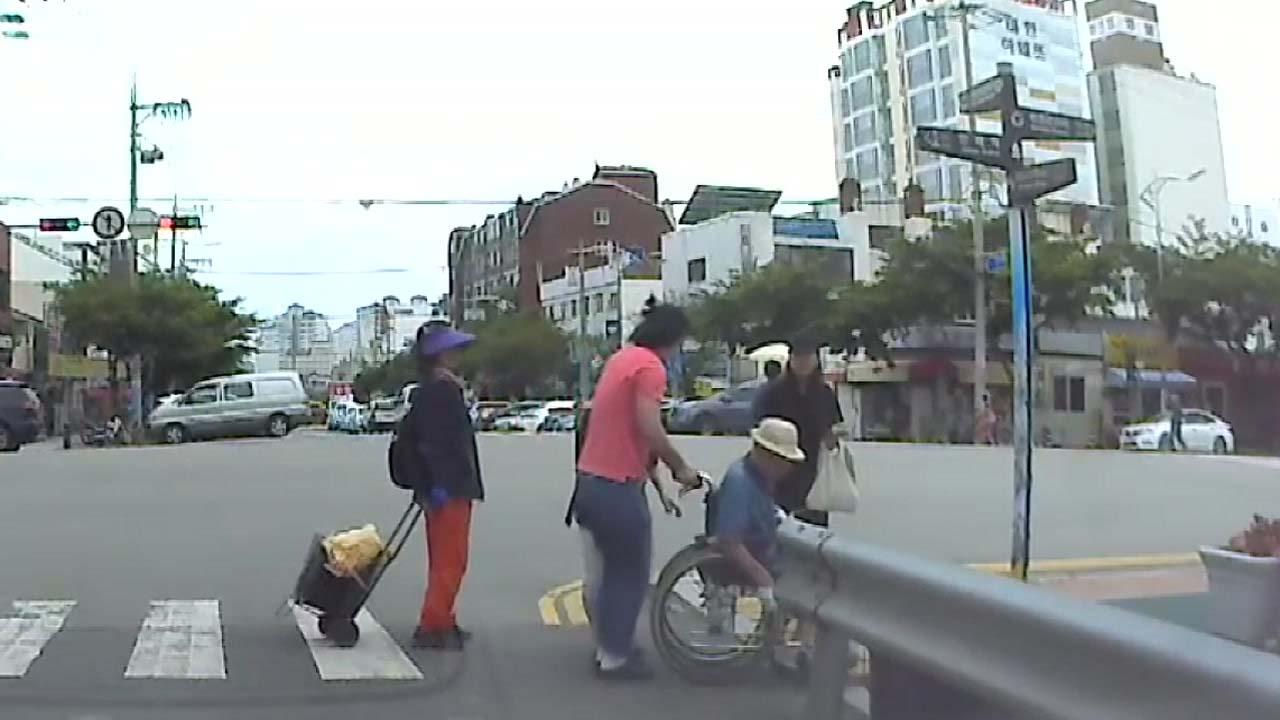 [좋은뉴스] 도로 턱에 막힌 휠체어...훈훈한 도움 손길