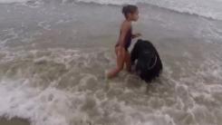 [지구촌생생영상] '위험해!'...어린이 온몸으로 지키는 반려견