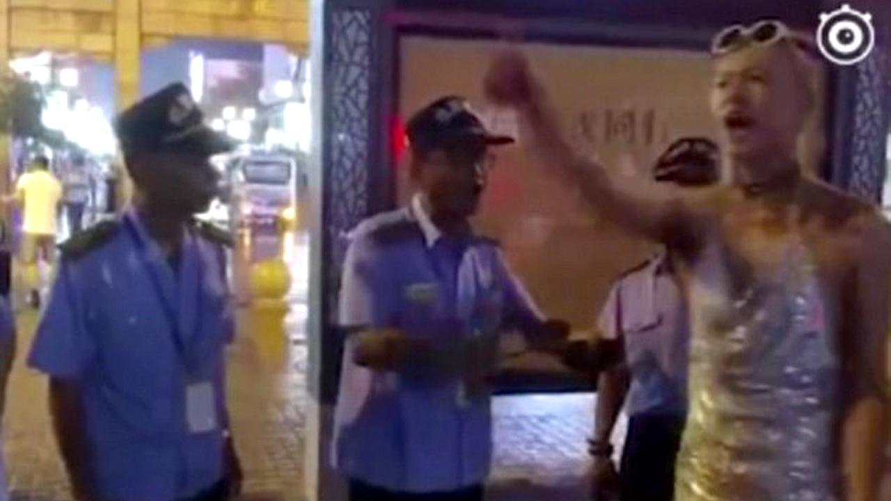 """""""시민들에게 나쁜 영향"""" 中 여장남자, 길거리서 경찰에게 쫓겨나"""