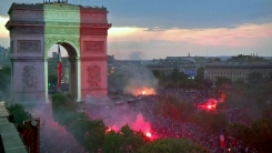 파리는 밤새 광란의 축제…경찰과 투석전까지