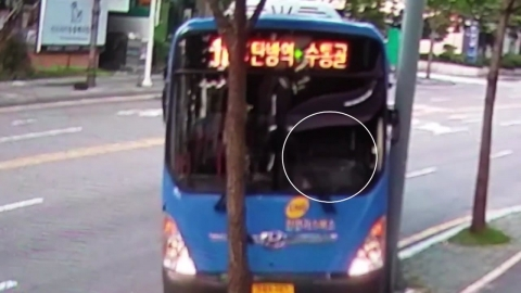 [단독영상] 운전기사 없는 버스가 혼자 '스르르'