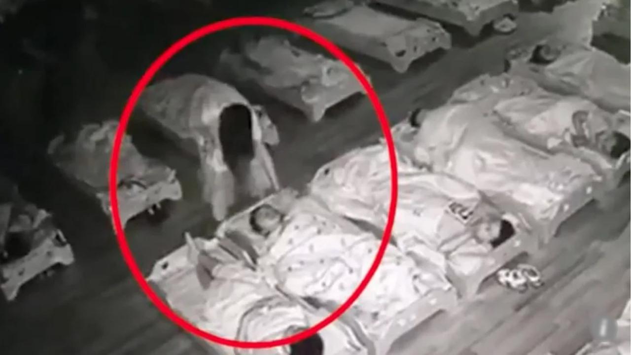 낮잠 자는 아이 얼굴 밟아… CCTV에 드러난 유치원 교사의 민낯
