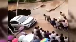 [지구촌생생영상] 추락 위기의 차량...힘 합쳐 끌어 올린 시민들