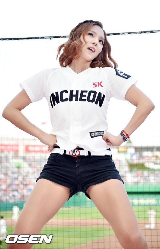 치어리더 강윤이,'SK 유니폼 입고 위아래 댄스'_이미지