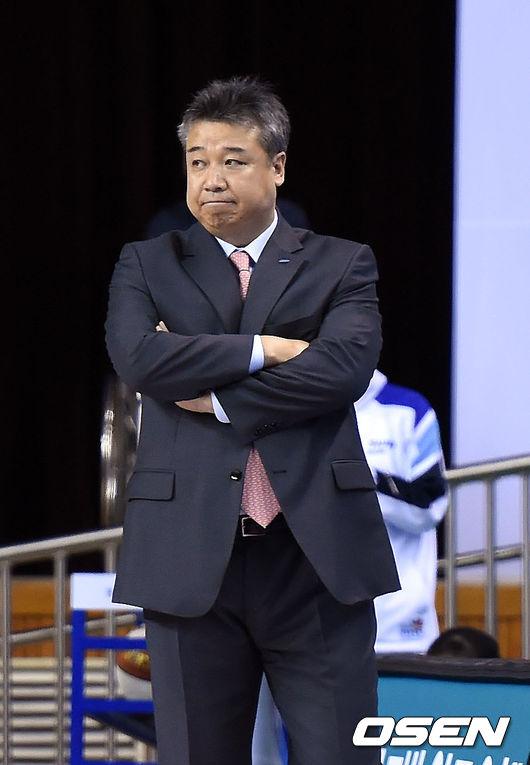 삼성생명 감독 데뷔전 임근배,'경기 안풀리네'