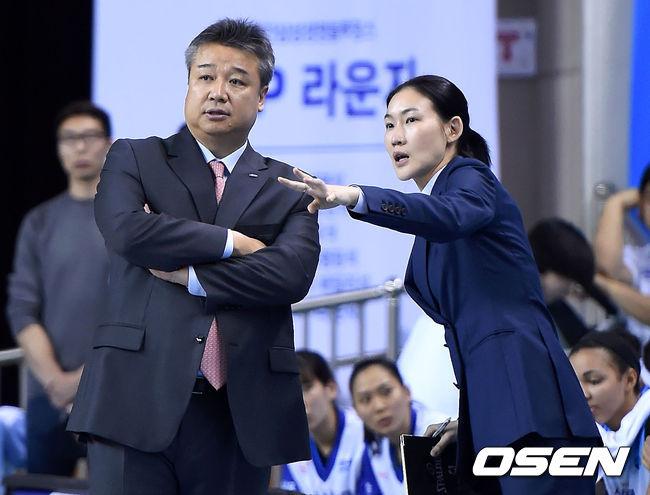 임근배 감독-박정은 코치,'승리 작전이 필요해'