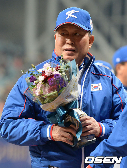 꽃다발 받는 김인식 감독
