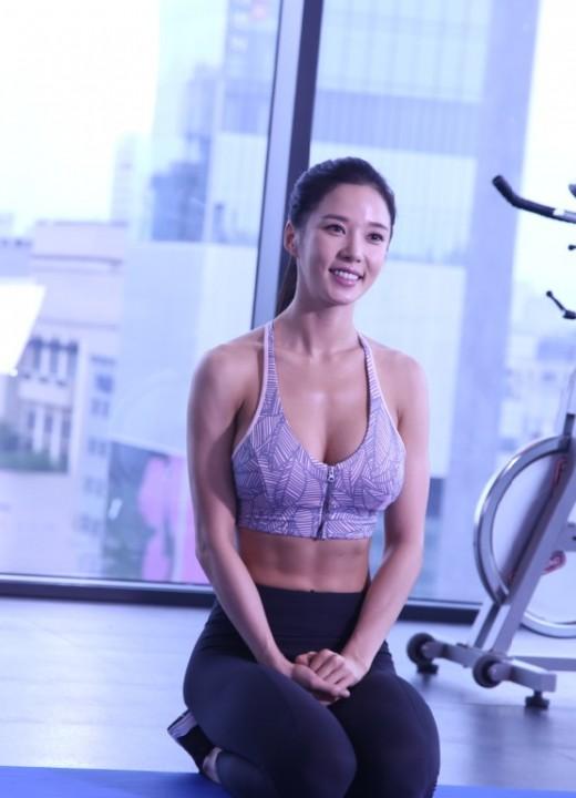 레이양, 무보정에도 선명한 복근 공개 '근육 S라인'