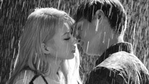 '입술에 입술'...경리, 매혹적인 빗속의 블랙키스