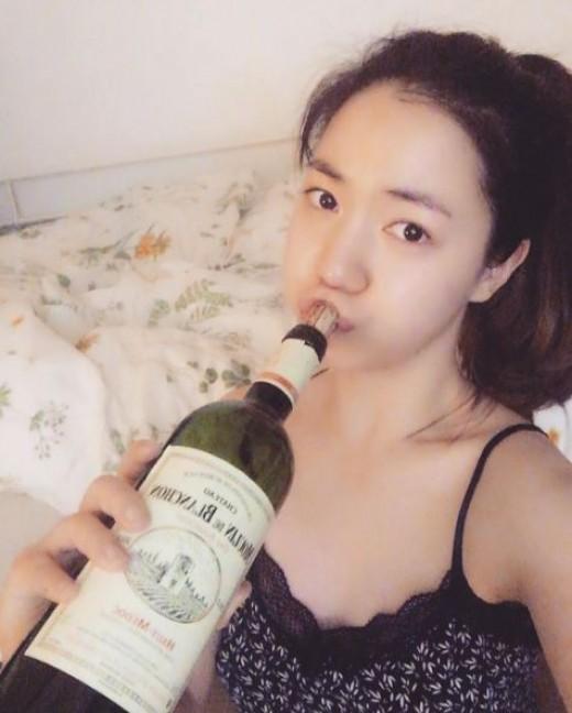 """""""섹시한 혼술"""" 류화영, 와인병 입에 물고"""