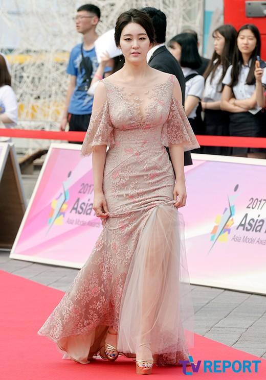 신아영 '섹시한 누드톤 드레스'