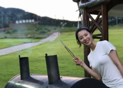 """""""나이 역주행中""""…박수진 별장서 휴가 만끽_이미지"""