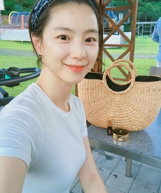 """""""나이 역주행中""""…박수진 별장서 휴가 만끽_이미지2"""